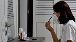일상 생활 속 마스크 집에서 마스크 착용하고 화장하는 젊은여자 모습