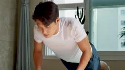 홈트레이닝 팔굽혀펴기하는 젊은남자 모습