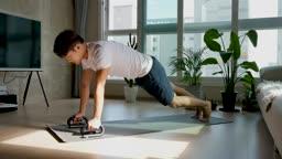 홈트레이닝 플랭크 운동하는 젊은남자 모습
