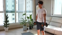 홈트레이닝 덤벨 들고 운동하는 젊은남자 모습