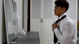 일상 생활 속 마스크 집에서 출근 전 넥타이 매는 비즈니스맨 모습