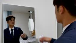 일상 생활 속 마스크 집에서 출근 전 마스크 착용하는 비즈니스맨 모습
