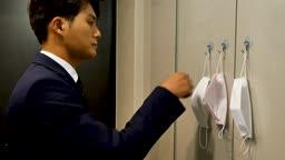 일상 생활 속 마스크 집 현관에서 마스크 착용하고 출근하는 비즈니스맨 모습