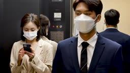 일상 생활 속 마스크 마스크 착용하고 엘리베이터를 탄 비즈니스맨과 비즈니스우먼 모습
