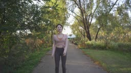 도심 속 요가 스트레칭 후 조깅하는 젊은여자 모습
