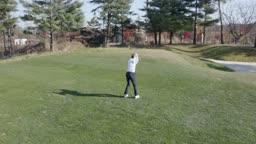 골프 아이언으로 스윙하는 젊은남자 모습