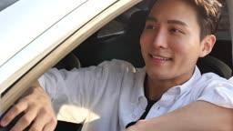자율주행 전기자동차 미소 지으며 운전하는 젊은남자 모습
