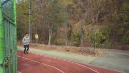 아웃도어 운동 트랙을 뛰는 젊은남자 모습