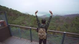 아웃도어 운동 등산 중에 전망 구경하며 쉬어가는 젊은남자 모습
