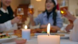 홈파티 크리스마스 거실 테이블에 앉아 술잔 들고 건배하는 친구들 모습