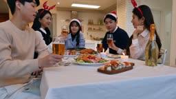 라이프스타일 거실 테이블에서 술잔 들고 건배하는 친구들 모습