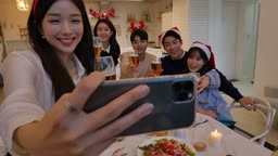 라이프스타일 거실 테이블에서 포즈 지으며 셀프카메라 촬영하는 친구들 모습