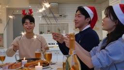 라이프스타일 거실 테이블에서 불꽃놀이하는 친구들 모습