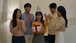 라이프스타일 거실에서 생일 축하하는 친구들 모습