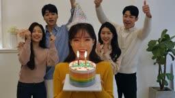라이프스타일 거실에서 생일케이크 들고 생일 축하하는 친구들 모습