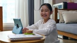 홈스쿨링 즐겁게 태블릿피씨 앞에서 카메라 응시하며 미소짓는 초등학생 모습