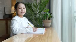홈스쿨링 창가에 앉아 카메라 응시하며 미소짓는 초등학생 모습