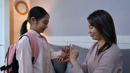 워킹맘 거실에서 출근전 약속하는 엄마와 딸 모습