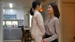 워킹맘 거실에서 출근전 포옹하는 엄마와 딸 모습