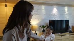 워킹맘 거실에서 출근을 못하게 하는 딸과 엄마의 모습