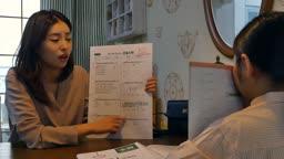 워킹맘 식탁에 앉아 시험지를 보며 화를 내는 엄마와 부끄러워하는 딸의 모습