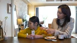 워킹맘 식탁에 앉아 출근전 아침을 편식하는 딸과 화가난 엄마의 모습