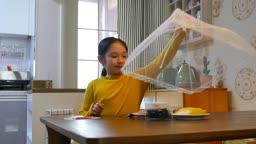 라이프스타일 식탁에 앉아 혼자 차려진 음식을 먹는 초등학생 모습