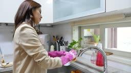 워킹맘 퇴근후 쌓여진 설거지를 하는 엄마의 모습