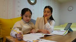 워킹맘 퇴근후 재미있게 공부하는 딸과 졸고있는 엄마의 모습