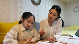 워킹맘 퇴근후 공부하기 싫어하는 딸과 격려하는 엄마의 모습