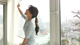 라이프스타일 집 창가에 앉아 휴식을 취하는 젊은여자 모습