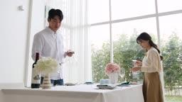 라이프스타일 거실 테이블에 테이블 셋팅하는 커플 모습