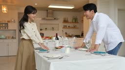 라이프스타일 거실 테이블에 테이블 셋팅하며 엄지척하는 커플 모습