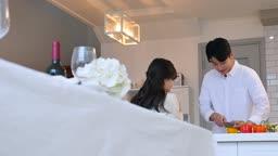 라이프스타일 주방에서 대화하며 요리하는 커플 모습