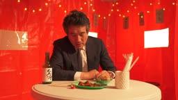 포장마차 외로이 혼자 술을 마시는 중년 비즈니스맨 모습