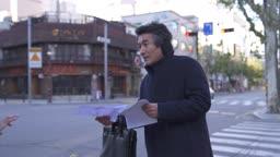 퇴직 거리에서 전단지 아르바이트하는 중년 비즈니스맨 모습