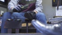 구두방 구두를 닦는 청년 모습