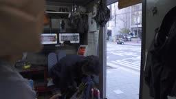 구두방 구두를 신고 가게를 나서는 중년 비즈니스맨 모습