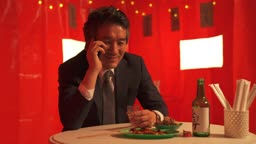 포장마차 술에 취해 전화기로 통화 하면서 미소짓는 중년 비즈니스맨 모습