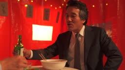 포장마차 즐겁게 술잔을 나눠 받으며 직장인 아들과 대화 나누는 아빠와 아들 부자 모습