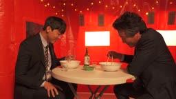 포장마차 즐겁게 우동을 먹으며 직장인 아들과 대화 나누는 아빠와 아들 부자 모습