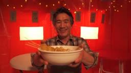 포장마차 오뎅 접시를 들고 자랑하는 중년 사장님 모습