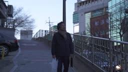 퇴직 외로이 술이 든 비닐봉지와 가방을 들고 거리를 걷는 중년 비즈니스맨 모습