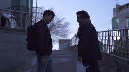 술이 든 비닐봉지를 아들에게 건내며 같이 걸어가는 아빠 부자 모습