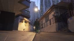 퇴직 외로이 술이 든 비닐봉지를 들고 걸어오는 중년 남자 모습