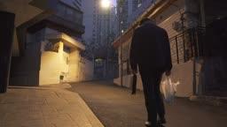 퇴직 외로이 술이 든 비닐봉지를 들고 걸어가는 중년 남자 뒷 모습
