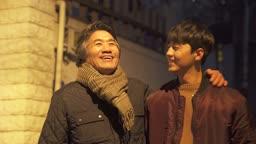 대화하며 걷는 아빠와 아들 부자 모습