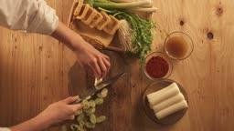 겨울음식 칼로 파를 자르는 손과 음식 재료들 모습