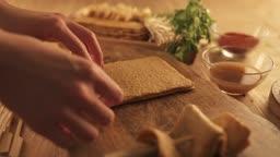 겨울음식 어묵을 반으로 접어 나무 꼬챙이에 끼우는 손 모습