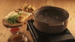 겨울음식 냄비 속 끓고 있는 물과 어묵탕 음식 재료들 모습